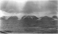 MP-0000.597.115 | Montagnes enneigées le long du littoral, 1910-1927 | Photographie | Captain George E. Mack |  |