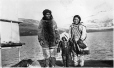 MP-0000.597.131 | Famille inuit sur un quai, 1910-1927 | Photographie | Captain George E. Mack |  |