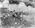 MP-0000.597.214 | Groupe d'Inuits mangeant sur la grève, 1919 (?) | Photographie | Captain George E. Mack |  |