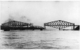 MP-0000.1727.4 | Raising the centre span, Quebec Bridge, Quebec City, QC, 1916 | Photograph | Anonyme - Anonymous |  |