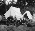 MP-0000.25.1104 | Groupe au repos, campement près du lac Témiscamingue, ON-QC, vers 1895 | Photographie | Anonyme - Anonymous |  |