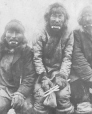 MP-0000.25.558 | Inuit men wearing labrets, about 1910 | Photograph | Anonyme - Anonymous |  |