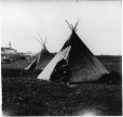 MP-1988.74.34   Tentes autochtones, Fort McLeod, Alb., vers 1905   Photographie   Miss Campbell     