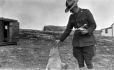 MP-0000.598.97 | Le sergent Douglas et un ours polaire, 1920-1927 | Photographie | Captain George E. Mack |  |