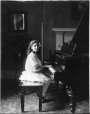 II-170605 | Mlle Ellen Ballon au piano, Montréal, QC, 1908 | Photographie | Wm. Notman & Son |  |